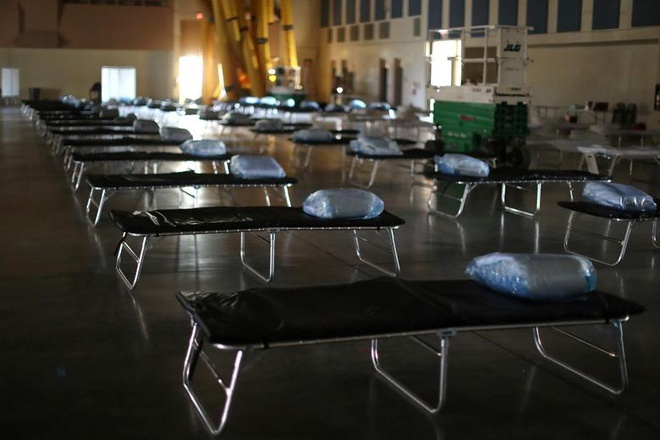 Một trạm y tế liên bang với 125 giường bệnh cho người nhiễm Covid-19 được dựng lên nhằm giảm áp lực cho các bệnh viện ở Indio, California (Mỹ