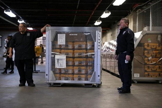 Máy thở tại kho quản lý khẩn cấp thành phố New York (Mỹ) được vận chuyển đến quận Brooklyn