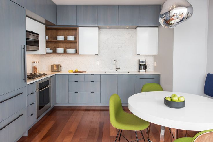 Tủ bếp 2 tông màu với cửa tủ tối giản là đặc trưng của phong cách hiện đại. Quầy bếp bằng đá thạch anh họa tiết và tường chắn bếp hài hòa vừa đẹp theo thời gian vừa thiết thực.