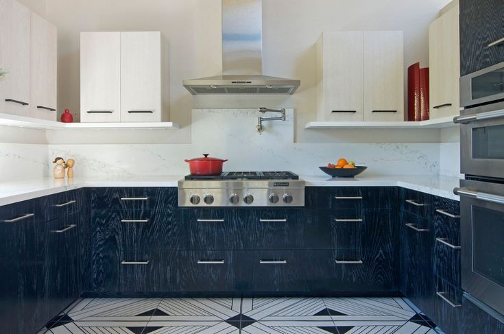 Phòng bếp xinh xắn này nổi bật với hai màu trắng và xanh đậm. Đá lát sàn họa tiết đồ họa nổi bật và tủ bếp gỗ được sơn 2 tông màu kết hợp hài hòa cả về phong cách lẫn tính thực tế.