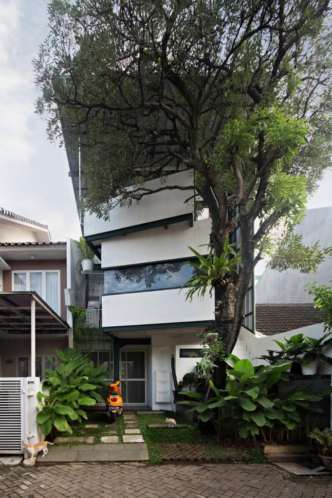 Phần mặt tiền của ngôi nhà với kiến trúc độc đáo được hoàn thiện sau nhiều giai đoạn thi công