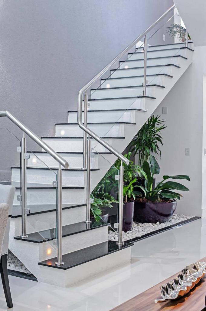 Lan can cầu thang bằng inox sáng bóng, hiện đại