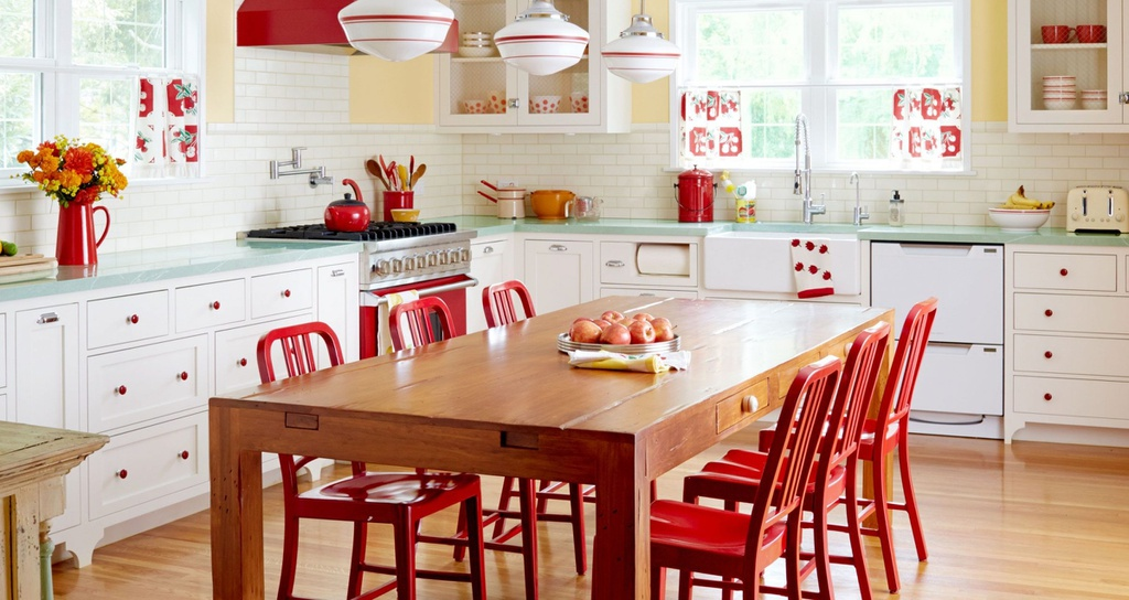 Thêm một mẹo lựa chọn nội thất cho căn bếp vintage là bàn ăn có thiết kế nhỏ, mảnh nhưng các đường nét vẫn toát lên sự mềm mại, thanh thoát. Kết hợp bàn ăn với đèn trần trang trí để tạo cho không gian bếp không quá đơn điệu. Ngoài ra, bàn ăn có mặt đá nhân tạo, màu sáng hoặc nâu gỗ cũng rất phù hợp. Ảnh: Homeboxy.