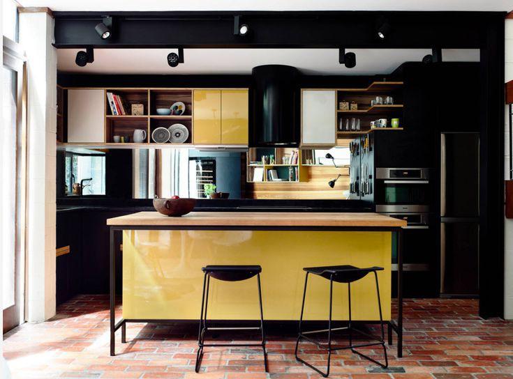 Giá hay kệ bếp bằng gỗ tự nhiên được kết hợp với tủ bếp sơn màu bóng giúp cho phòng bếp hiện đại hết sức nổi bật.