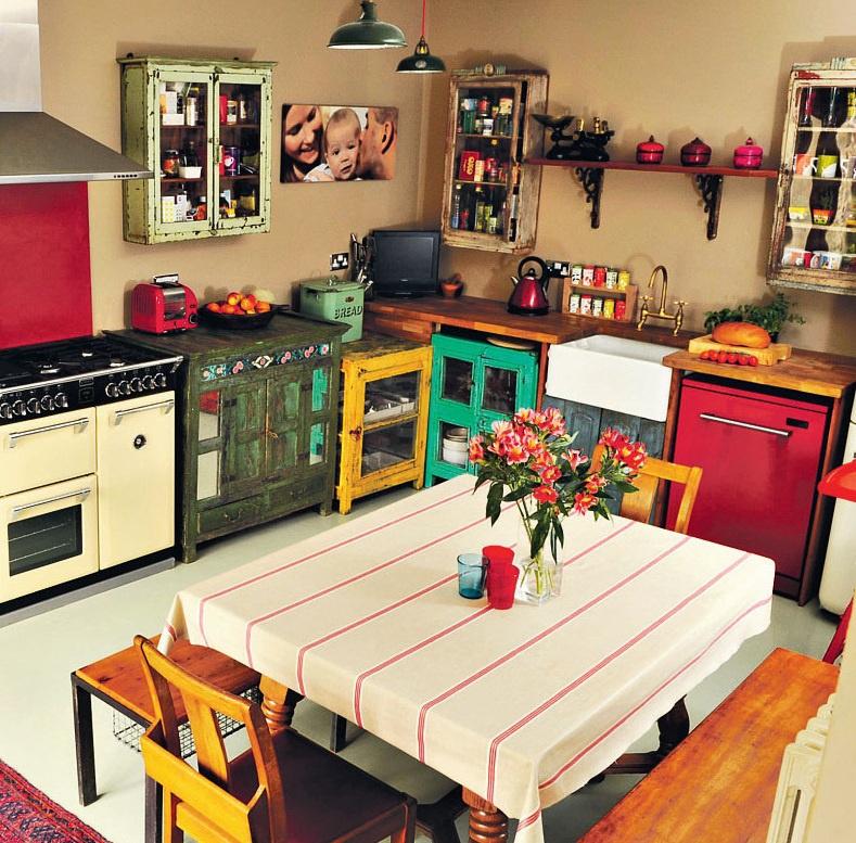 Bức tường nhà bếp được trang trí với phụ kiện bắt mắt, cầu kỳ sẽ làm nổi bật phong cách vintage hơn. Một chiếc đồng hồ treo tường kiểu vintage, rèm cửa sổ họa tiết ren hay các bức tranh, ảnh nhuốm màu thời gian là những lựa chọn hoàn hảo cho nhà bếp vintage. Ảnh: Scaramanga.