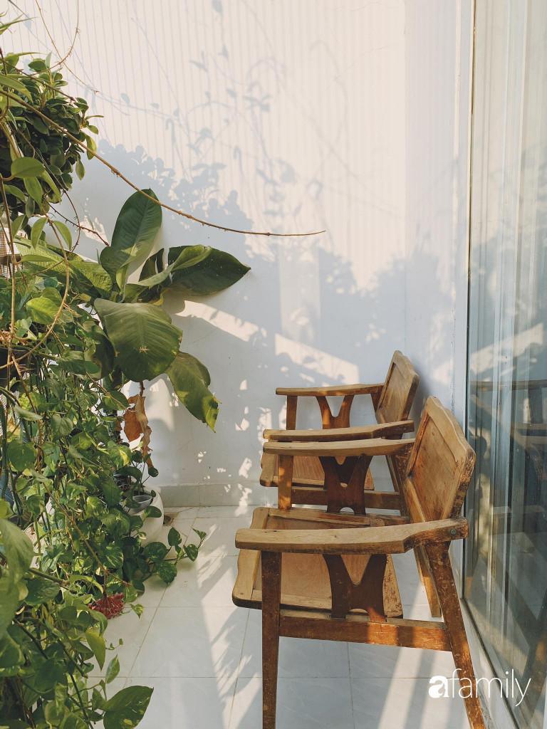 Khu vực ban công với cây xanh dịu dàng, là nơi hai vợ chồng yêu thích ngắm nhìn khung cảnh xung quanh, trò chuyện, đọc sách hàng ngày