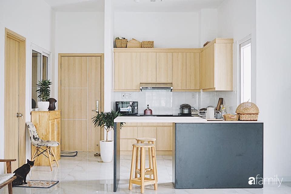 Từ lối vào là khu vực nấu nướng cùng những tiện ích phù hợp với cuộc sống thường ngày