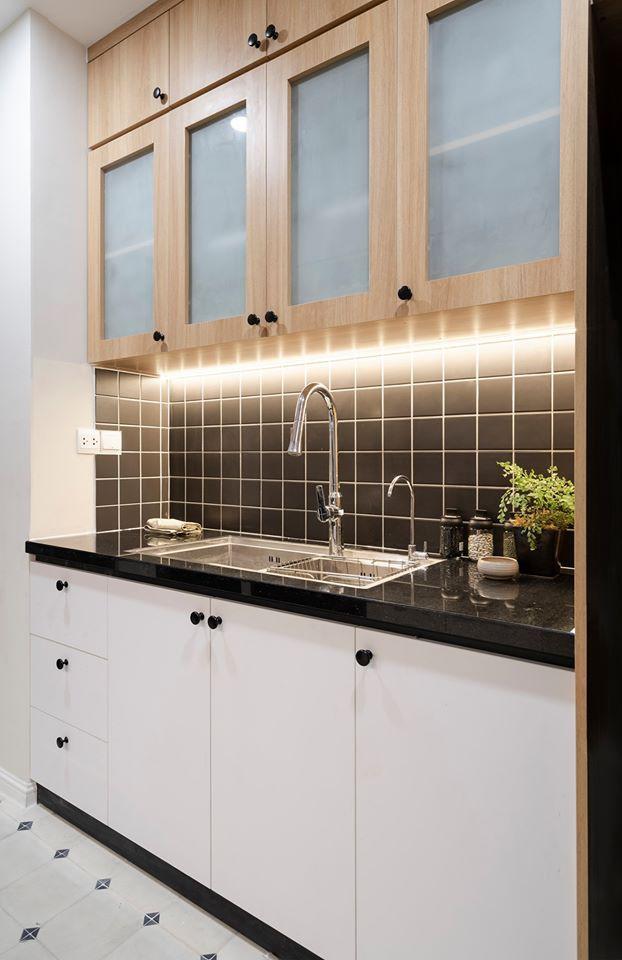 Không gian bếp là sự kết hợp của những gam màu cơ bản là đen, trắng và nâu