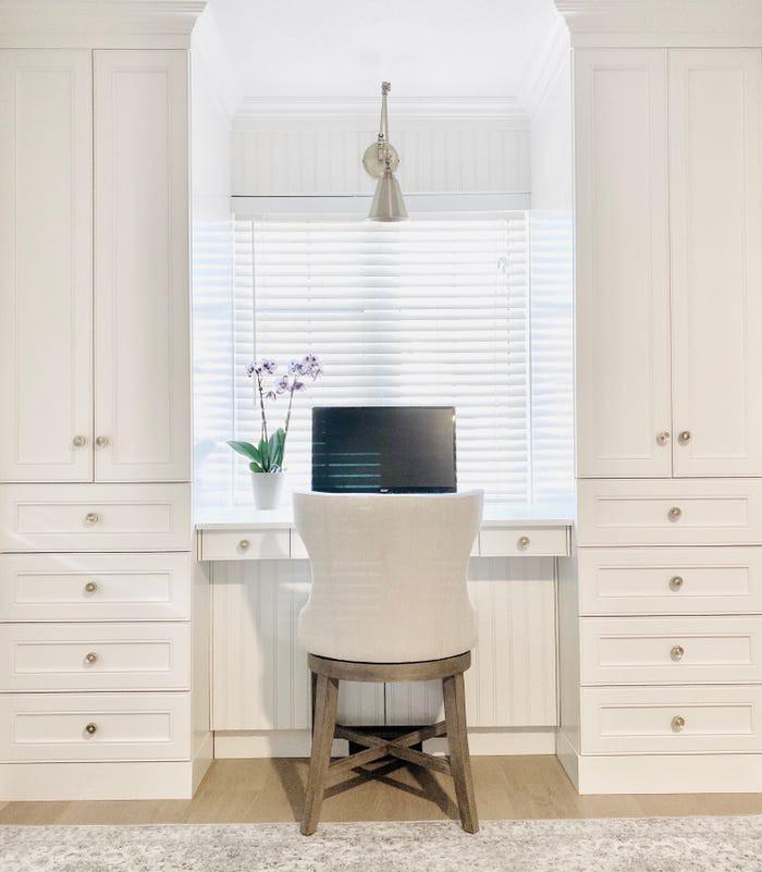 Với những người yêu thích sự tối giản thì không gian làm việc trang trí bằng màu trắng đơn sắc sẽ mang vẻ đẹp hiện đại, độc đáo.