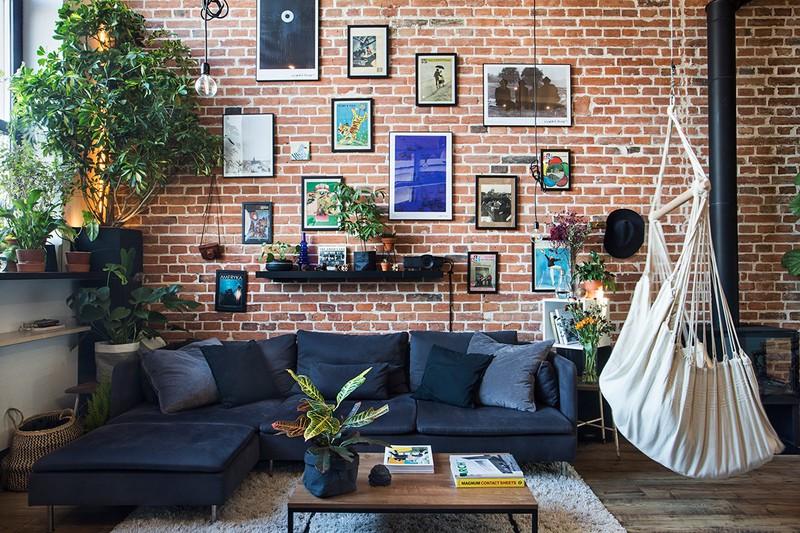 Trên bức tường gạch thô, chủ nhân thêm vào những bức tranh phong cảnh để tăng tính gần gũi