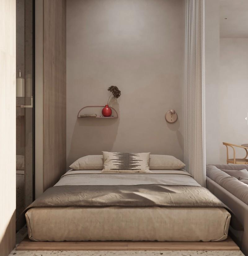 Phòng ngủ nhỏ đặt ngay sau ghế sofa phòng khách. Một tấm màn che đặt ở giữa, đảm bảo sự riêng tư cho chủ nhà.