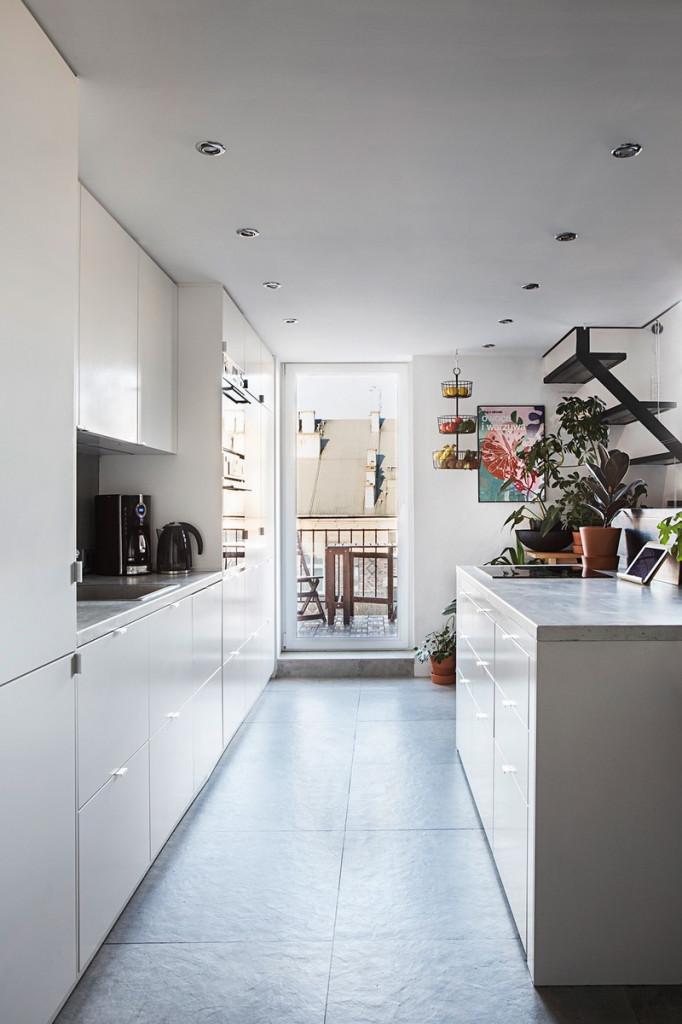 Bếp sơn màu trắng mang hiệu ứng về ánh sáng và tăng sự rộng rãi cho không gian
