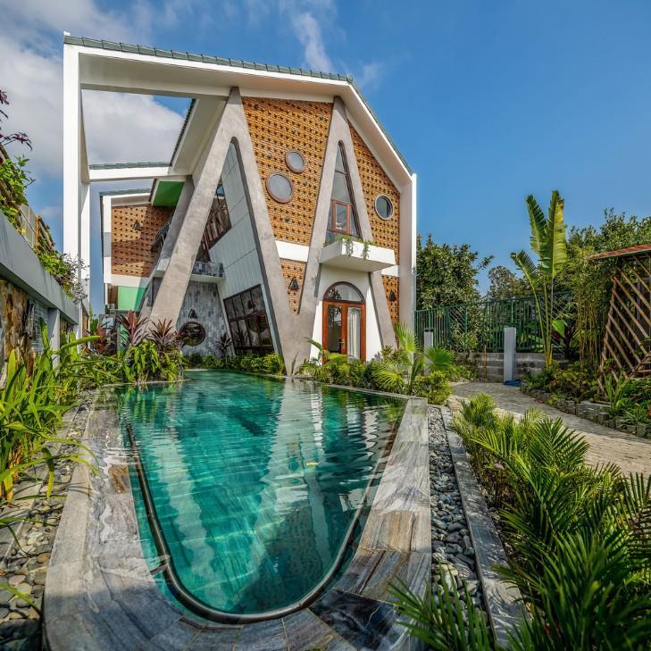 Ngôi nhà có đầy đủ khu vực và phía bên ngoài có cả hồ bơi, vườn