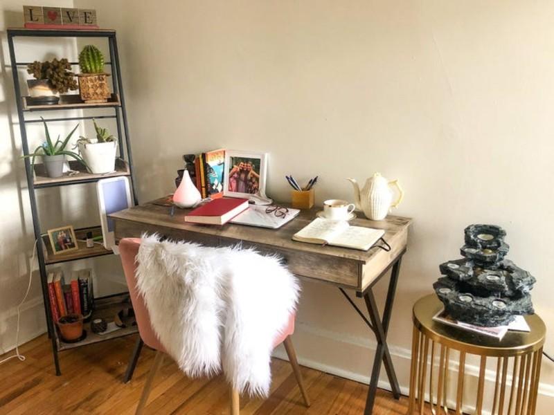 Một ý tưởng khác biến không gian làm việc tại nhà trở nên thư giãn hơn với những vật dụng trang trí không chỉ thêm phần sinh động mà còn giữ được sự yên tĩnh tập trung cần có.