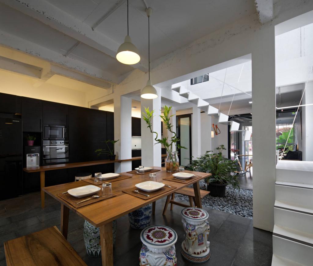 Giếng trời kết nối toàn bộ không gian chức năng của căn nhà, đem ánh sáng và không khí tươi mát vào từng ngóc ngách