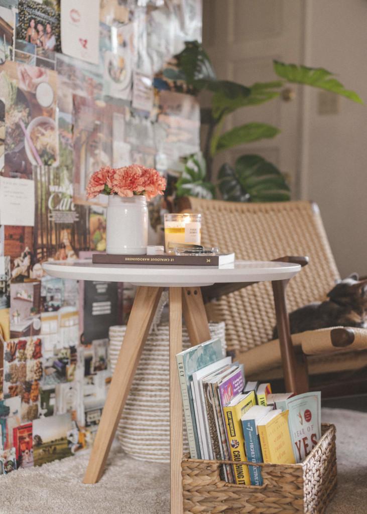 Bức tường được dán tranh, ảnh hay tờ bìa của những tạp chí yêu thích tạo nên sắc màu thật đẹp cho không gian nhỏ