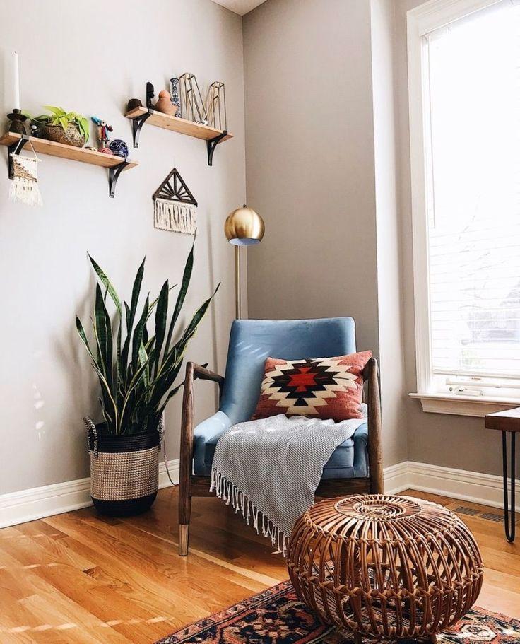 Một chậu cây đặt sát cạnh ghế ngồi giúp cho góc đọc sách thêm ấn tượng