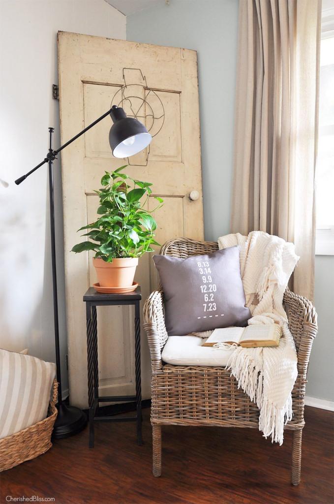 Chậu cây nhỏ đặt bên cạnh ghế ngồi giúp góc đọc sách chan hòa với thiên nhiên, cây cỏ