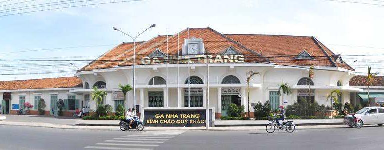 Ga Nha Trang hiện nay tại trung tâm thành phố, nằm trên đường Thái Nguyên, chỉ cách bãi biển Nha Trang chừng 500m. Doanh nghiệp đề xuất dời để xây nhà ở, cao ốc thương mại
