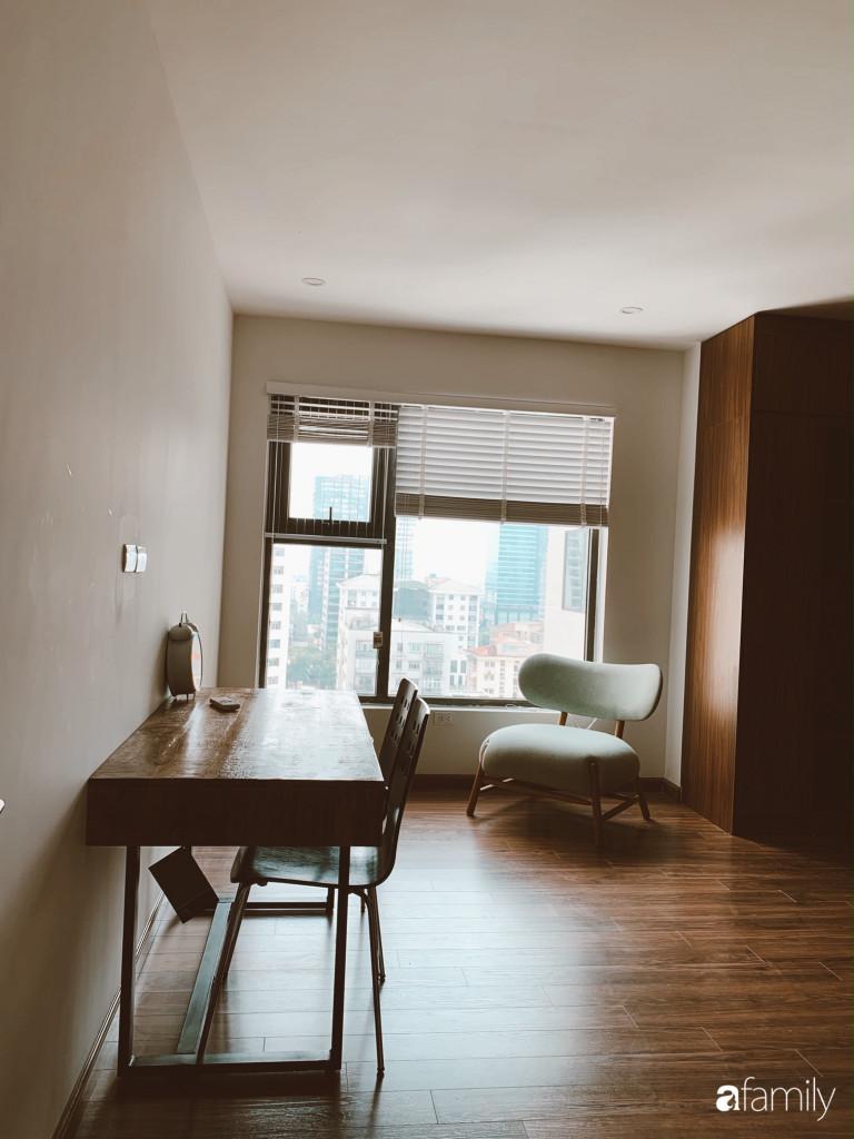 Căn phòng làm việc được bày biện đơn giản, đảm bảo sự yên tĩnh và tập trung khi cần làm việc