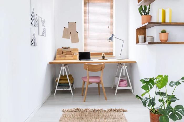 Bàn làm việc được bố trí gần cửa sổ giúp bạn có thể làm việc dưới ánh sáng mặt trời tự nhiên. Khi nghỉ giải lao, bạn cũng có thể mở cửa sổ và ngắm cảnh ở bên ngoài.