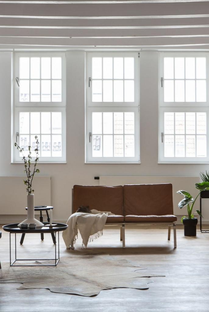 Chọn những đồ nội thất đơn giản cũng là một ý tưởng thông minh khi thiết kế, bố trí nội thất trong phòng khách.