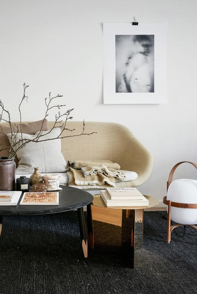 Phòng khách nhỏ nhưng vẫn mang nét đẹp riêng. Đó là khi bạn biết tận dụng từng cm2 trong phòng khách nhà mình. Ví dụ, bạn chọn 2 chiếc bàn cà phê nhỏ nhắn thay vì một chiếc bàn lớn cồng kềnh, chiếm diện tích.