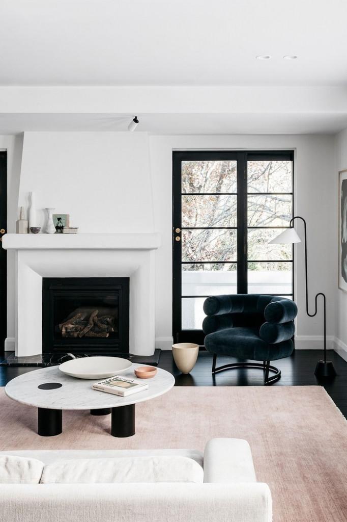 Với phòng khách nhỏ, bạn không nên sử dụng những màu sắc loè loẹt. Hãy chọn những gam màu nhẹ nhàng, đơn sắc để giúp không gian rộng mở và thoáng đãng hơn.