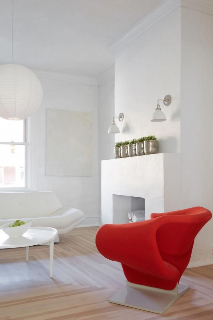 Nhiều chủ nhà lựa chọn màu trắng là gam màu chủ đạo khi thiết kế phòng khách.Tuy nhiên, một căn phòng toàn màu trắng có vẻ khá đơn điệu. Hãy lựa chọn những điểm nhấn để giúp phòng khách nổi bật hơn. Ví dụ như chiếc ghế màu đỏ này.