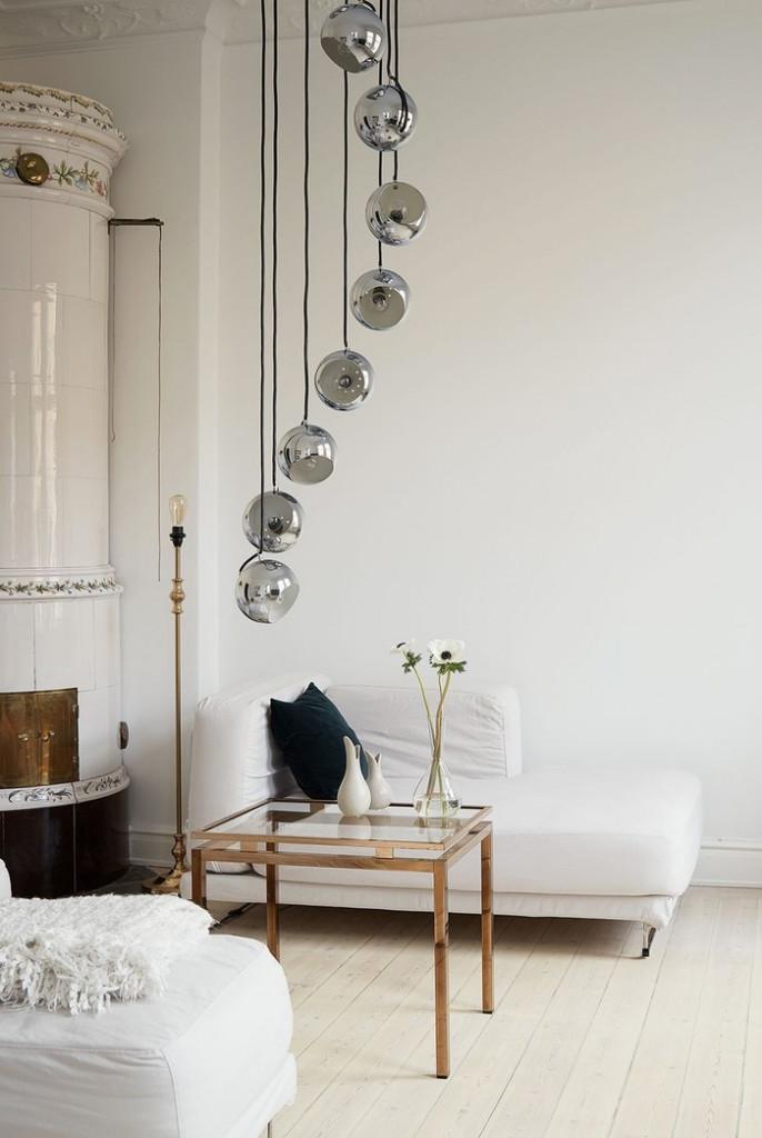 Với phòng khách nhỏ, bạn cần lựa chọn thất ít chi tiết để giúp không gian phòng bớt lộn xộn, rườm rà. Nhưng một khi đã chọn, hãy chọn những chi tiết thật đắt giá, ví dụ như chiếc đèn kim loại này.
