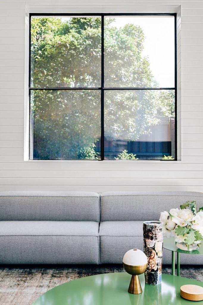 Những ô cửa sổ lớn giúp căn phòng luôn tràn ngập ánh sáng, thoáng rộng hơn so với diện tích thực.