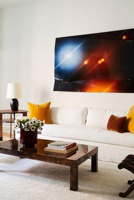 TV màn hình phẳng là nội thất đáng được sử dụng ở trong những phòng khách nhỏ hẹp.