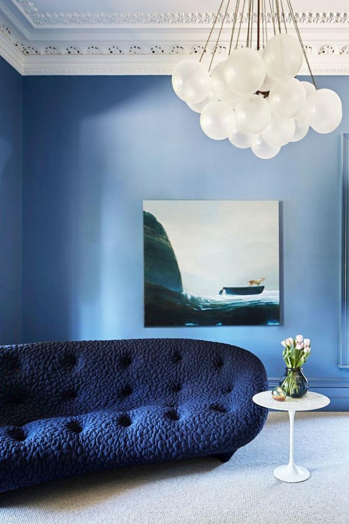 Ai bảo phòng khách nhỏ là không thể sơn màu sắc? Bạn hoàn toàn có thể sử dụng màu sắc nhưng hãy chú ý rằng chỉ nên lựa chọn một tông màu thôi nhé.