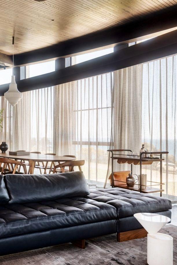 Tường kính giúp bạn có cơ hội được ngắm cảnh vật từ bên ngoài và quên luôn rằng không gian phòng khách của bạn nhỏ hẹp đến mức nào.