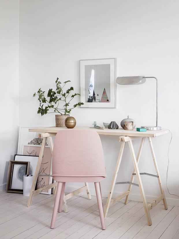 Chiếc ghế ngồi với sắc màu yêu thích cũng đủ để làm điểm nhấn cho không gian đơn giản.
