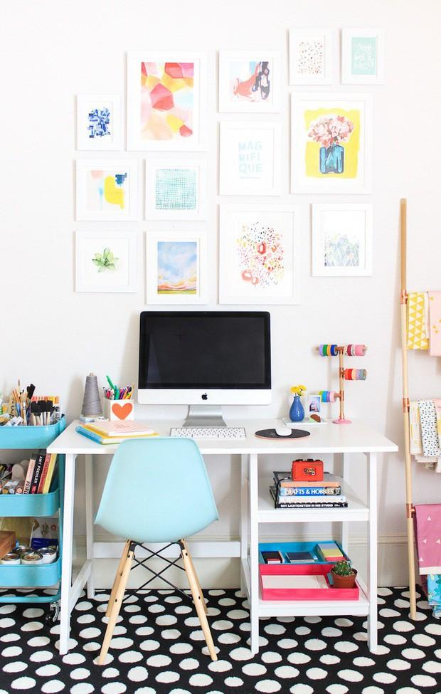 Thêm thắt một chút sắc màu với những bức họa đơn giản khiến góc làm việc trở nên cuốn hút hơn