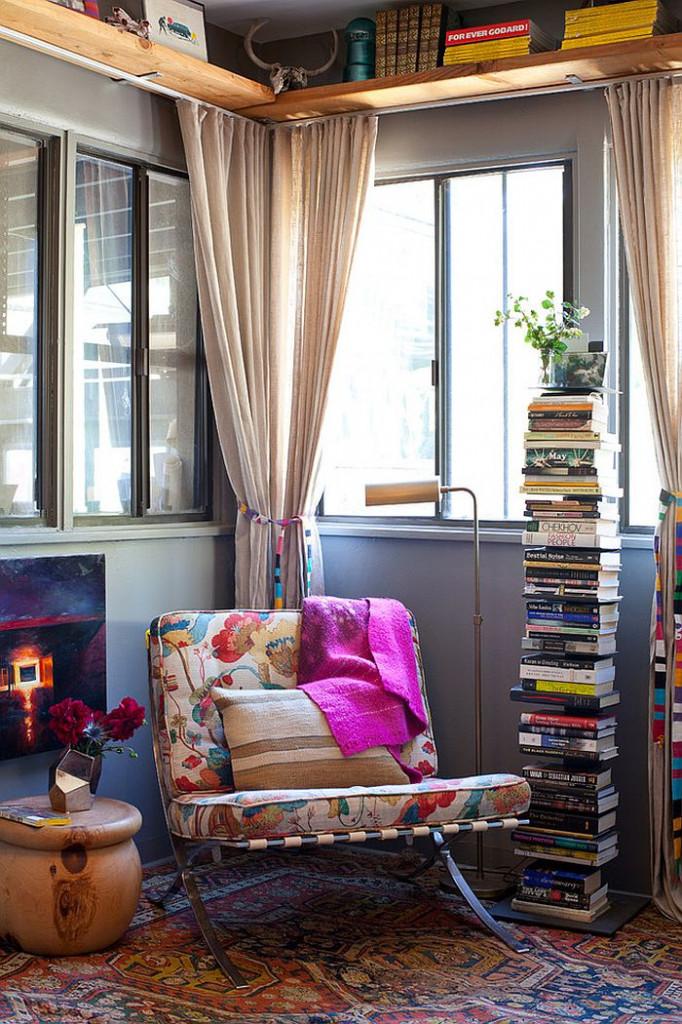 Góc đọc sách với tấm thảm cùng tông màu rực rỡ tăng nét đẹp sinh động cho không gian