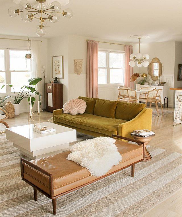 Ghế sofa của Mirage có màu vàng và hồng nhạt, sẽ tạo điểm nhấn độc đáo cho phòng khách