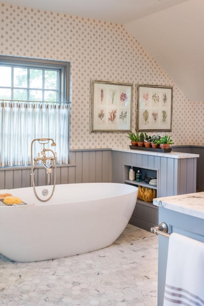Chiếc bồn tắm oval nổi bật trên lớp đá cẩm thạch và tiết kiệm được không gian trong nhà tắm
