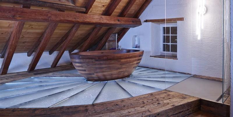 Chiếc bồn tắm gỗ oval là điểm nhấn chính trong thiết kế sáng tạo này, như chiếc thuyền lênh đênh trên nước