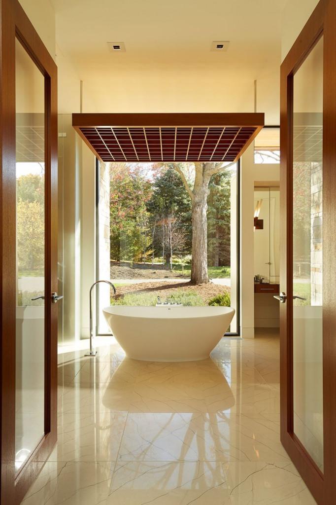 Với khung cảnh thiên nhiên rực rỡ, chiếc đèn gỗ ô vuông phía trên, việc đặt chiếc bồn đơn sắc rất hợp lý