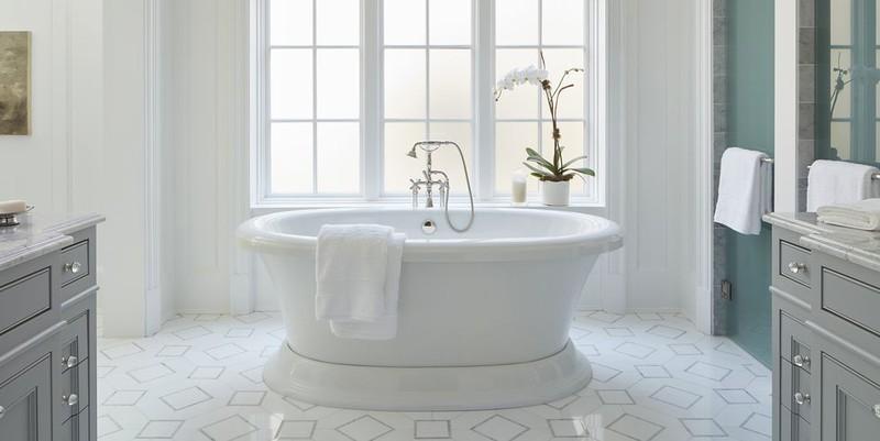 Một phần mặt tường màu xanh, sàn hoa văn nâng cao tính thẩm mỹ, làm nổi lên chiếc bồn tắm hiện đại