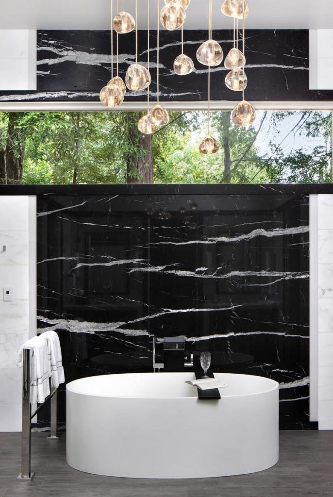 Sự tương phản giữa tường đen với bồn tắm trắng khiến không gian trở nên sang trọng