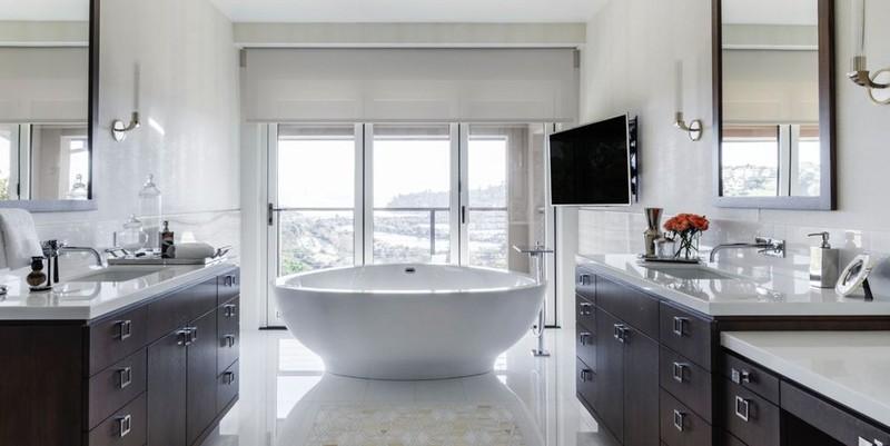 Khi sử dụng những đồ trang trái đậm màu, việc sử dụng bồn tắm trắng cân bằng màu sắc cho căn phòng