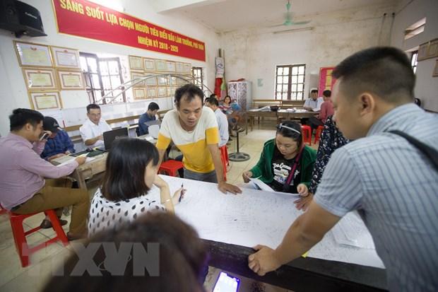 Cán bộ ngành Tài nguyên và Môi trường làm thủ tục cho người dân trong quy trình kiểm kê đất đai và lập bản đồ hiện trạng sử dụng đất. (Ảnh: Trọng Đạt/TTXVN)