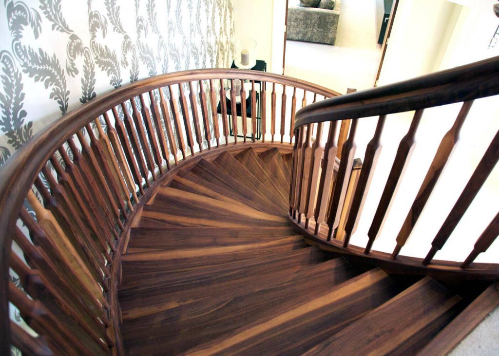 Cầu thang gỗ trầm, ấm cho căn nhà cổ điển, sang trọng