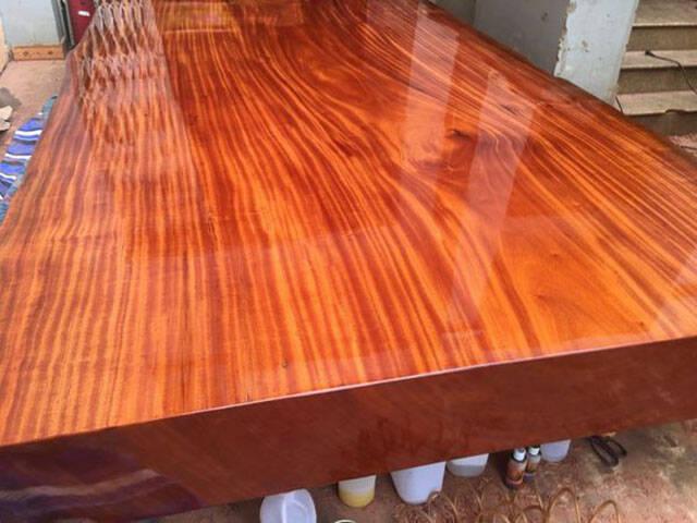 Gỗ lim Nam Phi có những đặc tính ưu việt của gỗ nhóm A: cứng chắc, vân gỗ dạng xoắn rất đẹp, không bị cong vênh, nứt nẻ, biến dạng do thời tiết mà giá thành lại vô cùng hợp lý