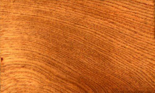 Gỗ pơ mu có màu sáng trắng, hoặc vàng, vân gỗ to và đẹp, có mùi thơm, tránh mối mọt