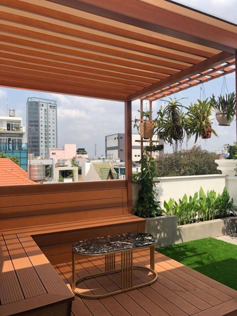 Mái che pergola kết hợp cùng bộ bàn ghế cùng màu trên sân thượng trở thành không gian thư giãn lý tưởng và tuyệt vời cho bạn vào dịp cuối tuầ