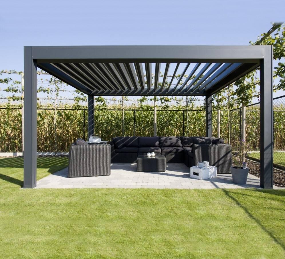 Pergola đen hiện đại được thiết kế ở sân vườn như một chiếc chòi nhỏ, hiện đại nhưng cũng rất thoải mái
